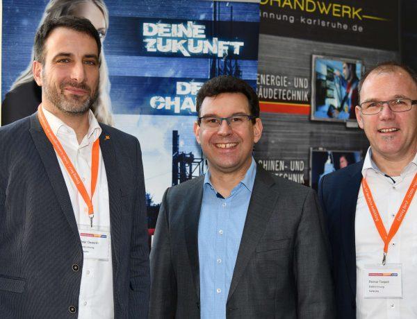 Herr Toepell und Herr Hörner mit Herrn Oesterlin (v.r.n.l) am E-Zubis-Stand