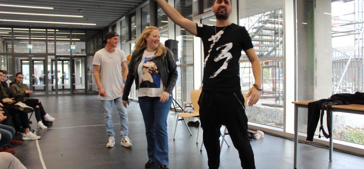 """Theaterstück """"Jungfrau ohne Paradies"""" als Prävention vor religiösem Extremismus"""