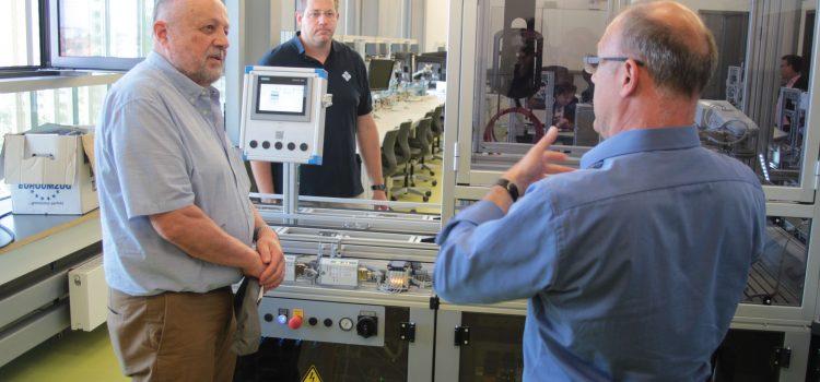 Prof. Fritz J. Neff und Sieglinde Walz von AEN besuchten unsere Lernfabrik 4.0